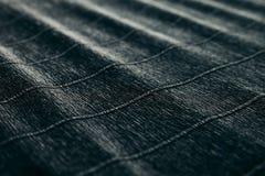 Abstrakt begrepp texturerade sammetslen mörk bakgrund med diagonala linjer Royaltyfria Foton