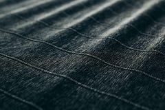 Abstrakt begrepp texturerade sammetslen mörk bakgrund med diagonala linjer Arkivfoton