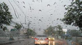 Abstrakt begrepp trafik, regndroppe på fönstret Arkivbild