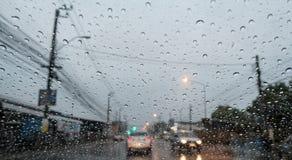 Abstrakt begrepp trafik, regndroppe på fönstret Arkivfoton