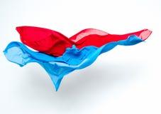 Abstrakt begreppstycken av det blåa och röda tygflyget Arkivfoto