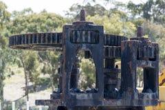 Abstrakt begrepptexturer och former: Åldras svart metall försedd med kuggar maskin P Royaltyfri Fotografi