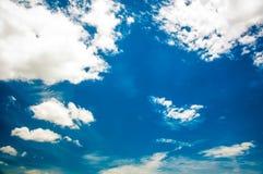 abstrakt bielu niebieskiego nieba i chmury tło obrazy stock