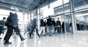 Abstrakt bild av affärsfolk som går på en internationella Tra Arkivbild
