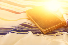Abstrakt bild av bönsjalen - Tallit, judiskt religiöst symbol royaltyfri fotografi