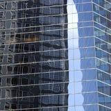 Abstrakt bild av den moderna kontorsbyggnadfasaden med reflexioner Royaltyfri Fotografi
