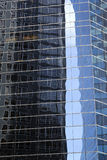 Abstrakt bild av den moderna kontorsbyggnadfasaden med reflexioner Royaltyfri Foto
