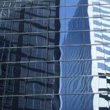 Abstrakt bild av den moderna kontorsbyggnadfasaden med reflexioner Royaltyfri Bild