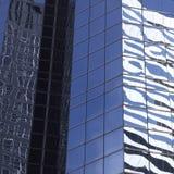Abstrakt bild av den moderna kontorsbyggnadfasaden med reflexioner Arkivbild