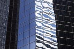 Abstrakt bild av den moderna kontorsbyggnadfasaden med reflexioner Arkivbilder