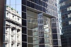 Abstrakt bild av den moderna kontorsbyggnadfasaden med reflexioner Royaltyfria Foton