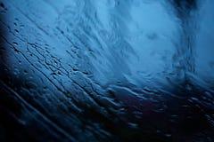 Abstrakt bild av droppar i regnet på bilspegeln Royaltyfri Foto