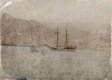 Abstrakt bild av en yacht på det öppna havet för fotostil för fall gammal town Arkivfoton