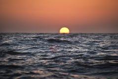 Abstrakt bild av solnedgången på havet san för natt för fjärdbroca francisco tid Arkivfoto