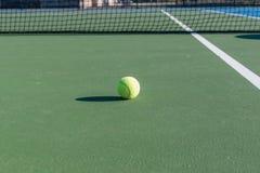 Abstrakt bild av tennisbanan och tennisutrustning Royaltyfri Foto