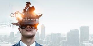 Abstrakt bild av virtuell verkligheterfarenhet, en man i VR-exponeringsglas arkivfoton