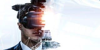 Abstrakt bild av virtuell verkligheterfarenhet, en man i VR-exponeringsglas royaltyfri bild