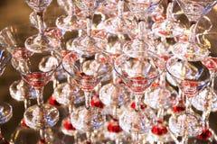 Abstrakt bild med vinexponeringsglas och reflexioner i restaurang Royaltyfri Bild