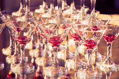 Abstrakt bild med vinexponeringsglas och reflexioner i restaurang tonad bild Royaltyfri Fotografi