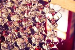 Abstrakt bild med vinexponeringsglas och reflexioner i restaurang tonad bild Arkivbilder