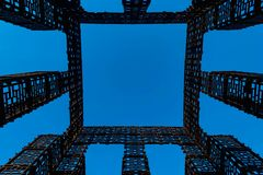 Abstrakt bild, metallkonstruktion av geometriska former på en blå bakgrund vektor illustrationer