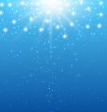 Abstrakt blå bakgrund med solstrålar och skinande stjärnor Arkivfoto