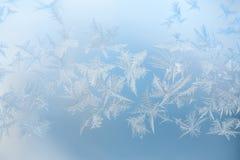 Abstrakt blå bakgrund med vita frostkristaller royaltyfri foto