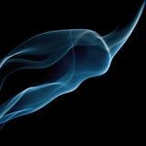 Abstrakt blå cigarettrökform på svart Arkivfoton