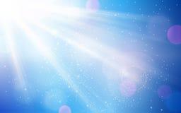 Abstrakt blå himmel med solen brast och oskarpa ljusa prickar Royaltyfri Fotografi