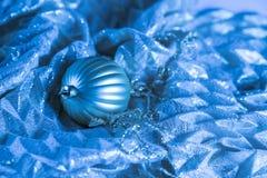 Abstrakt blå julprydnad på silkeslen tygbakgrund Sel Arkivbild