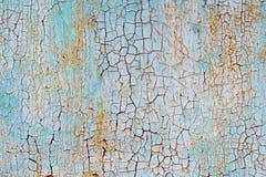 Abstrakt blå orange vit textur med grunge knäcker Sprucken målarfärg på en metallyttersida Ljus stads- bakgrund med grov målarfär Royaltyfria Bilder