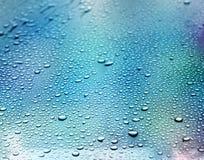 Abstrakt blåttbakgrund Flytande smutsar ner på exponeringsglas (selektiv fokus) Arkivbilder