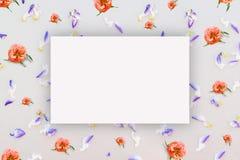 Abstrakt blom- modell, små blommor på pappen med ett ark av papper för text, bästa sikt, åtlöje upp Fotografering för Bildbyråer