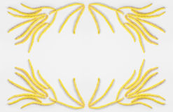 Abstrakt blom- sammansättning, ram av guling blommar tusenskönaörhängen på en grå bakgrund med utrymme för text Fotografering för Bildbyråer