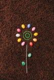 Abstrakt blomma med kulöra ägg på mattan Påsk Lekmanna- lägenhet Royaltyfria Foton