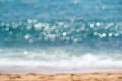 Abstrakt bokeh av solljus reflekterar från havyttersida Blå filt Royaltyfri Foto