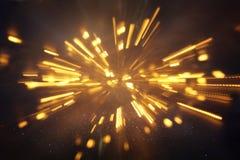 abstrakt bokehbakgrund av den guld- ljusbristningen som göras från bokehrörelse Arkivbilder