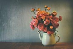 Abstrakt bottenlägetangentbild av sommarbuketten av blommor på trätabellen tappning filtrerad bild Royaltyfria Bilder