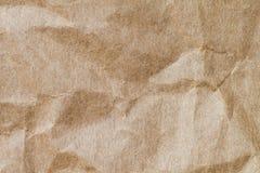 Abstrakt brunt återanvänder skrynkligt papper för bakgrund: veck av Arkivbild