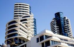 Abstrakt Closeupsikt av modern byggnad och himmel Royaltyfri Foto
