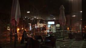 Abstrakt coffee shop framme av det mjuk och suddighetsbegreppet för spegel, stock video