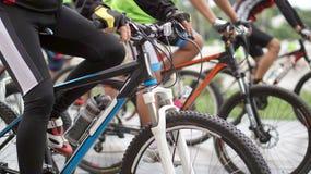 Abstrakt cykla turnering på startlinjen, skott av en grupp av rac Arkivbilder