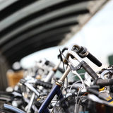 abstrakt cyklar parkerade stads- Arkivbild