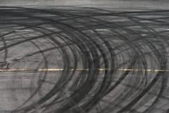 Abstrakt Czarni opon koła powodować Dryftowym samochodem na drodze zdjęcia royalty free