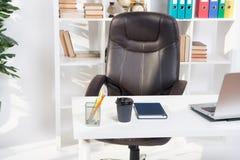 Abstrakt 3d framförde inomhus utrymme tabell i modern kontorsinre Tom inredesign white för kontor för livstid för bild för bakgru arkivbild