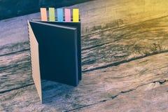 Abstrakt dagbok med kulöra flikar för bokmärker Closeup av mång- Royaltyfri Foto