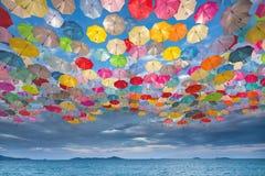 Abstrakt design av paraplyer som flyger i himlen Arkivfoto