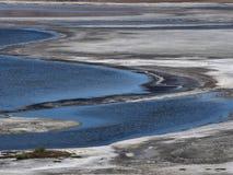 Abstrakt designbakgrund från blåa band och halvcirklar av blått flodvatten och vita musikband av solonchak Royaltyfri Bild