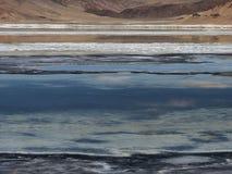 Abstrakt designbakgrund från olika färgband av den blåa sjön, vit vaggar salta och rosa berg Royaltyfria Foton
