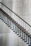 Abstrakt detalj av ett högt och långt trappafall av ett oljeraffinaderi Royaltyfri Bild
